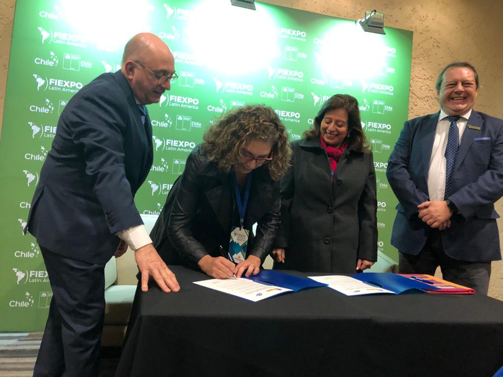 Nuestra Presidente Emilia Afrange, Firmando El Convenio Con SIP